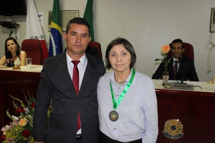 Vereador Du do Santiago entregando a Medalha de Mérito a Lia do Lico