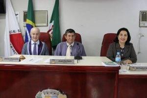Mesa diretora da Câmara Municipal: Vice-presidente Dada, presidente Januário Dentista e a secretária Zélia Queiroz