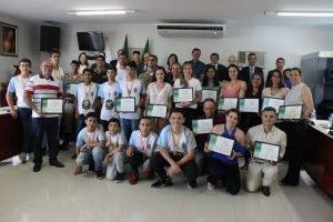 Homenageados e os vereadores (Foto: Imprensa CMPO/Juarez Martins